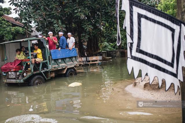Chùm ảnh: 1 tuần sau lũ lớn, người dân Hà Nội vẫn phải chèo thuyền di chuyển giữa biển rác thải nổi lềnh bềnh - Ảnh 21.