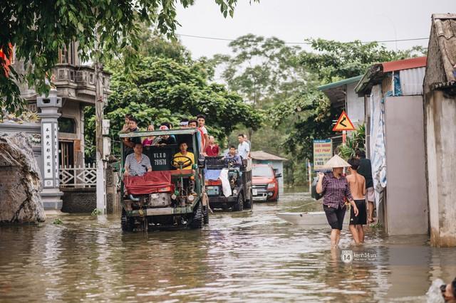 Chùm ảnh: 1 tuần sau lũ lớn, người dân Hà Nội vẫn phải chèo thuyền di chuyển giữa biển rác thải nổi lềnh bềnh - Ảnh 6.