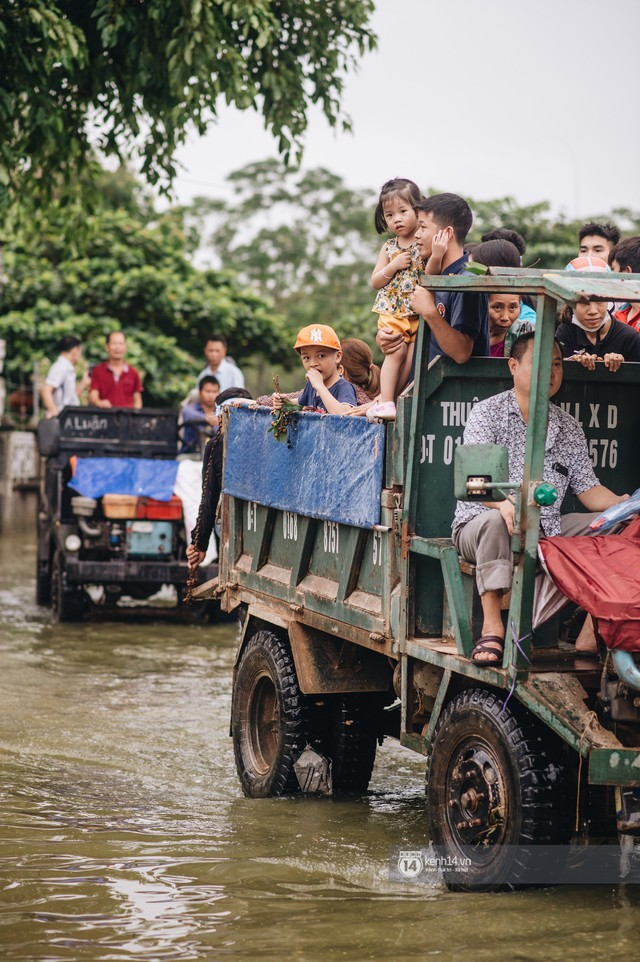 Chùm ảnh: 1 tuần sau lũ lớn, người dân Hà Nội vẫn phải chèo thuyền di chuyển giữa biển rác thải nổi lềnh bềnh - Ảnh 7.
