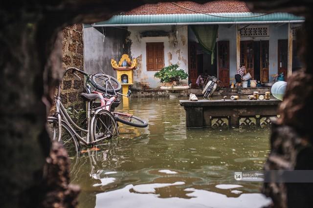 Chùm ảnh: 1 tuần sau lũ lớn, người dân Hà Nội vẫn phải chèo thuyền di chuyển giữa biển rác thải nổi lềnh bềnh - Ảnh 8.
