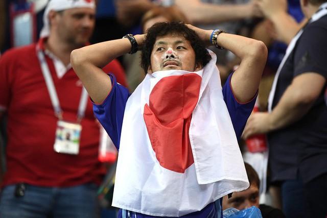 đầu tư giá trị - photo 1 1530581645299250833317 - Ngưỡng mộ hình ảnh CĐV Nhật Bản vừa khóc nức nở, vừa dọn sạch rác trên khán đài