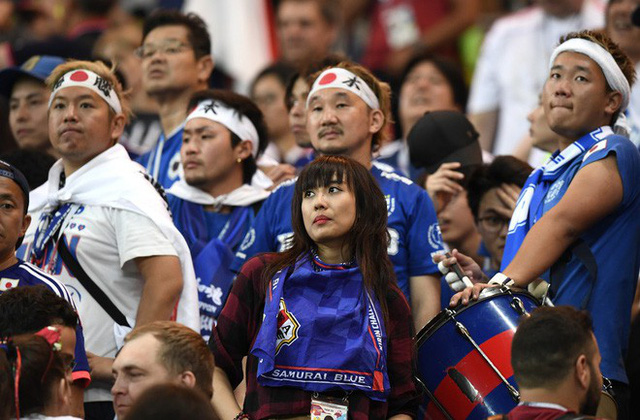 đầu tư giá trị - photo 1 15305816478961065863310 - Ngưỡng mộ hình ảnh CĐV Nhật Bản vừa khóc nức nở, vừa dọn sạch rác trên khán đài