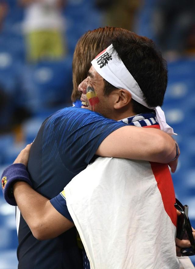 đầu tư giá trị - photo 2 15305816478991741156546 - Ngưỡng mộ hình ảnh CĐV Nhật Bản vừa khóc nức nở, vừa dọn sạch rác trên khán đài