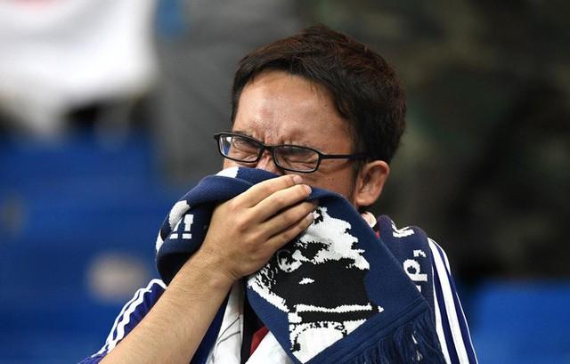 đầu tư giá trị - photo 4 1530581647900178986975 - Ngưỡng mộ hình ảnh CĐV Nhật Bản vừa khóc nức nở, vừa dọn sạch rác trên khán đài