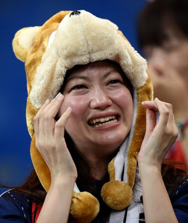 đầu tư giá trị - photo 5 1530581647902209432464 - Ngưỡng mộ hình ảnh CĐV Nhật Bản vừa khóc nức nở, vừa dọn sạch rác trên khán đài