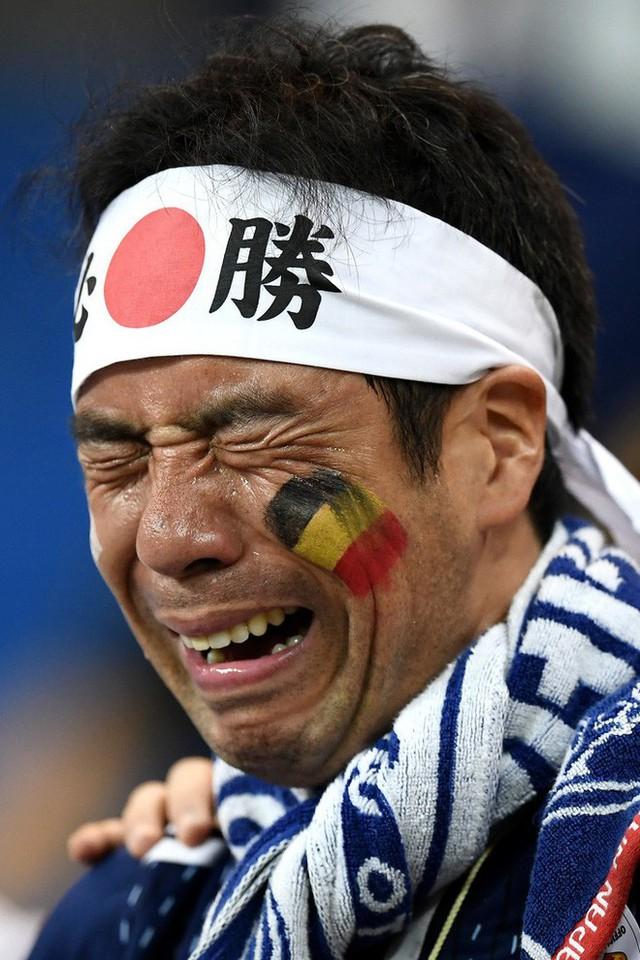 đầu tư giá trị - photo 6 15305816479031367015186 - Ngưỡng mộ hình ảnh CĐV Nhật Bản vừa khóc nức nở, vừa dọn sạch rác trên khán đài