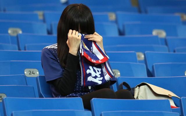 đầu tư giá trị - photo 7 1530581647904553179314 - Ngưỡng mộ hình ảnh CĐV Nhật Bản vừa khóc nức nở, vừa dọn sạch rác trên khán đài