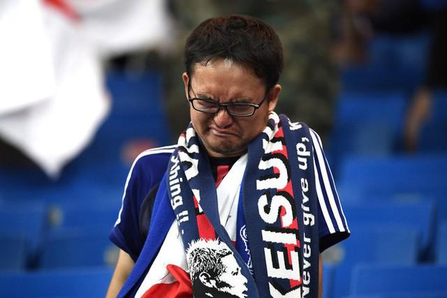đầu tư giá trị - photo 8 15305816479052117758861 - Ngưỡng mộ hình ảnh CĐV Nhật Bản vừa khóc nức nở, vừa dọn sạch rác trên khán đài