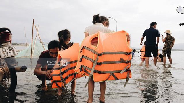 Nước vừa rút lại lên, người già trẻ nhỏ tiếp tục ùa ra đường tỉnh lộ vô tư bơi lội khi phương tiện bị cấm lưu thông - Ảnh 12.