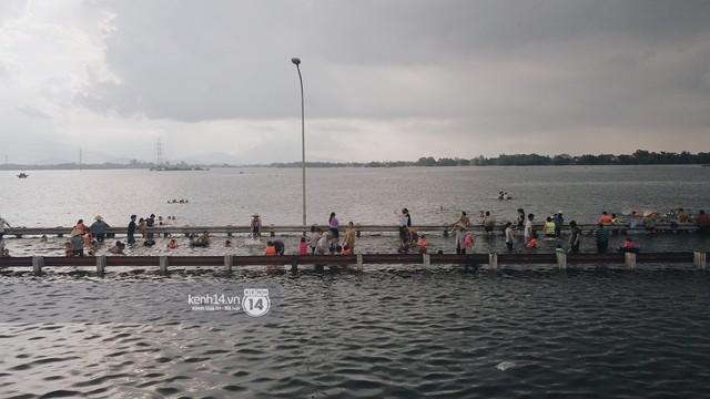 Nước vừa rút lại lên, người già trẻ nhỏ tiếp tục ùa ra đường tỉnh lộ vô tư bơi lội khi phương tiện bị cấm lưu thông - Ảnh 18.