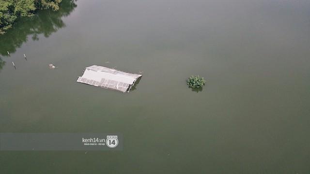 Nước vừa rút lại lên, người già trẻ nhỏ tiếp tục ùa ra đường tỉnh lộ vô tư bơi lội khi phương tiện bị cấm lưu thông - Ảnh 5.