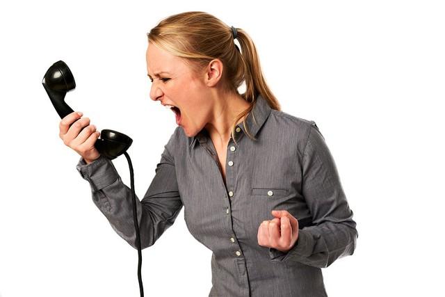 đầu tư giá trị - bigstock business woman yelling at phon 29110781 15306908355641635002908 - 8 kỹ thuật hạ gục khách hàng nếu muốn thành công với nghề Telesales