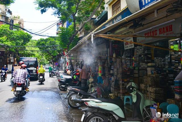 Nắng nóng gần 50 độ C, người Hà Nội dựng lô cốt mềm chống nóng - Ảnh 10.