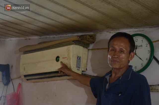 Tình người trong dãy trọ 15k/ đêm ở Hà Nội: Ông chủ tự bỏ tiền túi lắp điều hòa, quạt mát cho người nghèo trốn nóng - Ảnh 2.