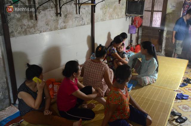 Tình người trong dãy trọ 15k/ đêm ở Hà Nội: Ông chủ tự bỏ tiền túi lắp điều hòa, quạt mát cho người nghèo trốn nóng - Ảnh 12.