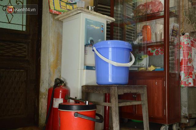 Tình người trong dãy trọ 15k/ đêm ở Hà Nội: Ông chủ tự bỏ tiền túi lắp điều hòa, quạt mát cho người nghèo trốn nóng - Ảnh 4.
