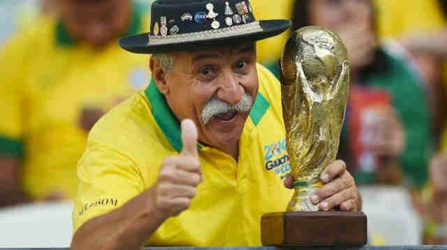đầu tư giá trị - photo 1 1531132660159804264433 - Bức ảnh chứa đựng câu chuyện xúc động về người đàn ông cầm cúp đi cổ vũ World Cup suốt gần nửa cuộc đời