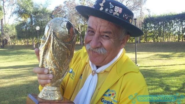 đầu tư giá trị - photo 1 153113266182974082371 - Bức ảnh chứa đựng câu chuyện xúc động về người đàn ông cầm cúp đi cổ vũ World Cup suốt gần nửa cuộc đời