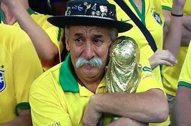 đầu tư giá trị - photo 3 15311326618321873335049 - Bức ảnh chứa đựng câu chuyện xúc động về người đàn ông cầm cúp đi cổ vũ World Cup suốt gần nửa cuộc đời