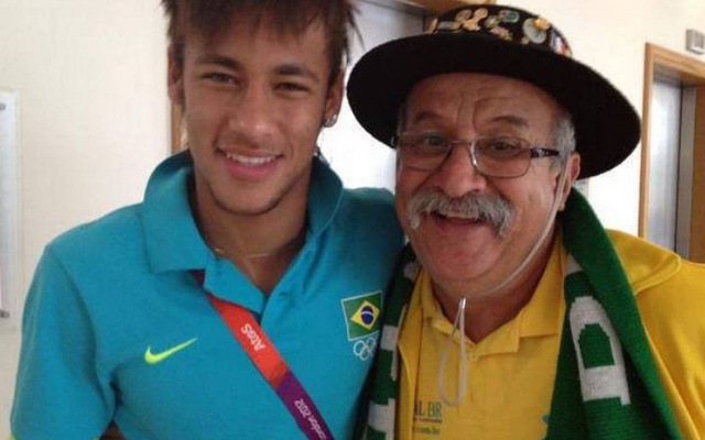 đầu tư giá trị - photo 4 15311326618331570928435 - Bức ảnh chứa đựng câu chuyện xúc động về người đàn ông cầm cúp đi cổ vũ World Cup suốt gần nửa cuộc đời