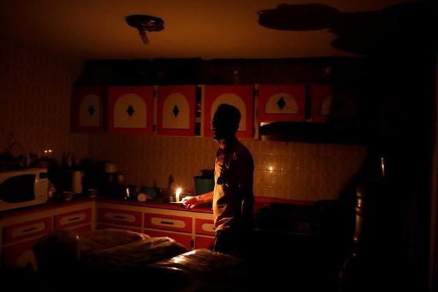 Venezuela vật vã với tình trạng thiếu điện thắp sáng và chống nóng - Ảnh 1.