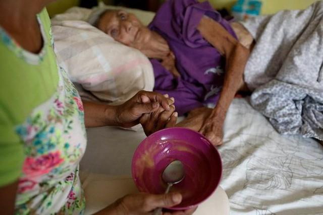 Venezuela vật vã với tình trạng thiếu điện thắp sáng và chống nóng - Ảnh 11.