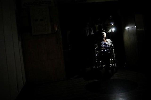 Venezuela vật vã với tình trạng thiếu điện thắp sáng và chống nóng - Ảnh 3.