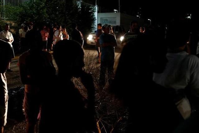 Venezuela vật vã với tình trạng thiếu điện thắp sáng và chống nóng - Ảnh 4.