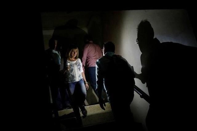Venezuela vật vã với tình trạng thiếu điện thắp sáng và chống nóng - Ảnh 5.