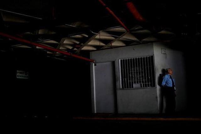 Venezuela vật vã với tình trạng thiếu điện thắp sáng và chống nóng - Ảnh 6.