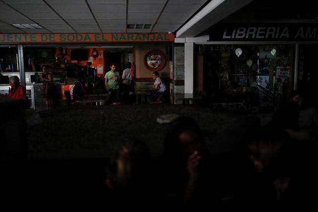 Venezuela vật vã với tình trạng thiếu điện thắp sáng và chống nóng - Ảnh 7.