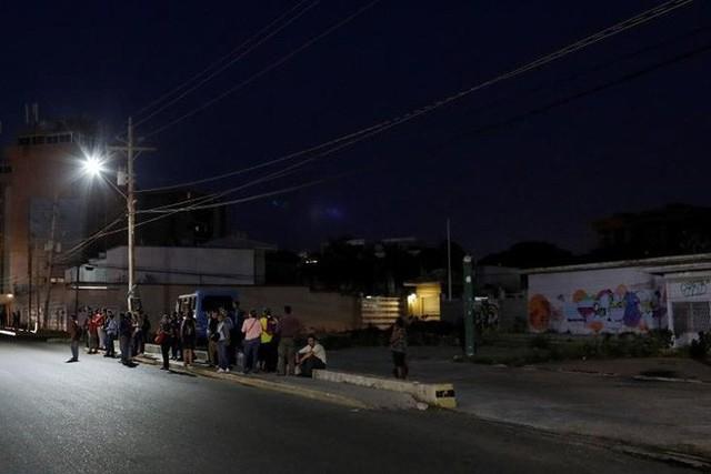 Venezuela vật vã với tình trạng thiếu điện thắp sáng và chống nóng - Ảnh 8.