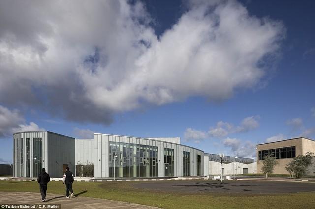 Nhà tù nhân đạo nhất thế giới ở Đan Mạch: Khuôn viên như khách sạn 5 sao, tù nhân thoải mái sinh hoạt và giải trí như ở nhà - Ảnh 1.