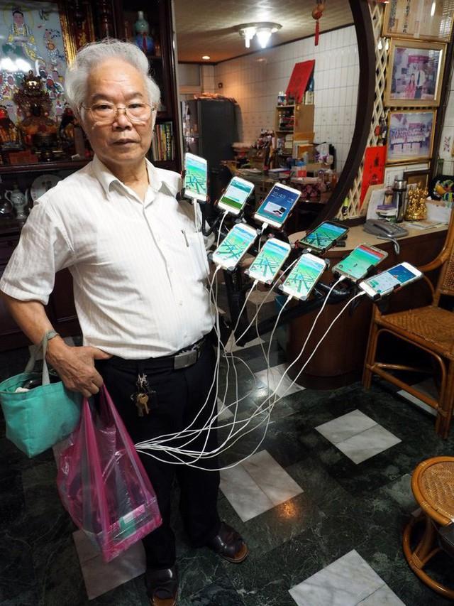 Gừng càng già càng cay: Ông lão gắn 11 smartphone vào xe đạp đi khắp nơi để bắt Pokemon - Ảnh 1.