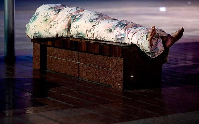"""Ảnh: Thượng Hải nóng """"như lò lửa"""", người dân phải đổ ra đường ngủ - Ảnh 12."""