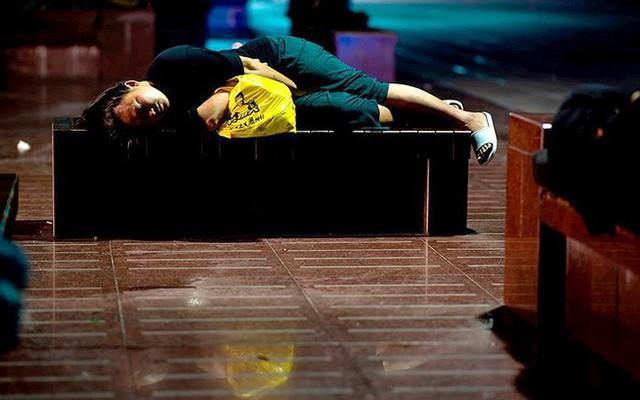 """Ảnh: Thượng Hải nóng """"như lò lửa"""", người dân phải đổ ra đường ngủ - Ảnh 7."""