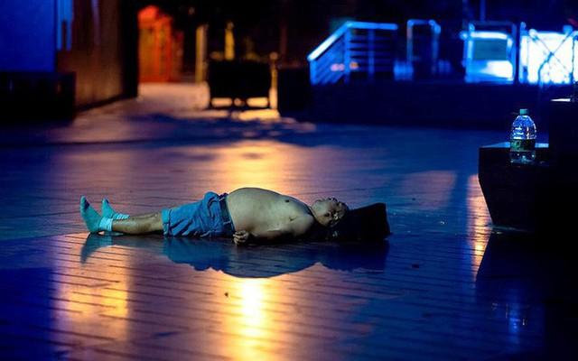 """Ảnh: Thượng Hải nóng """"như lò lửa"""", người dân phải đổ ra đường ngủ - Ảnh 8."""