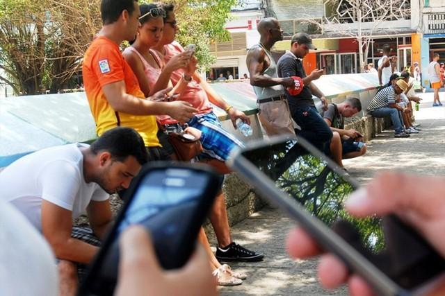 Người dân Cuba sung sướng lần đầu được dùng Internet di động miễn phí - Ảnh 1.