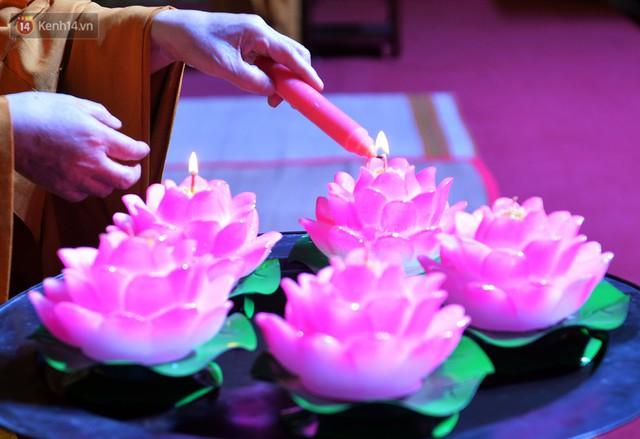 Nhiều người cài hoa trắng bật khóc tại lễ Vu Lan tháng Bảy: Ai còn cha còn mẹ thì vui lắm chứ... - Ảnh 3.
