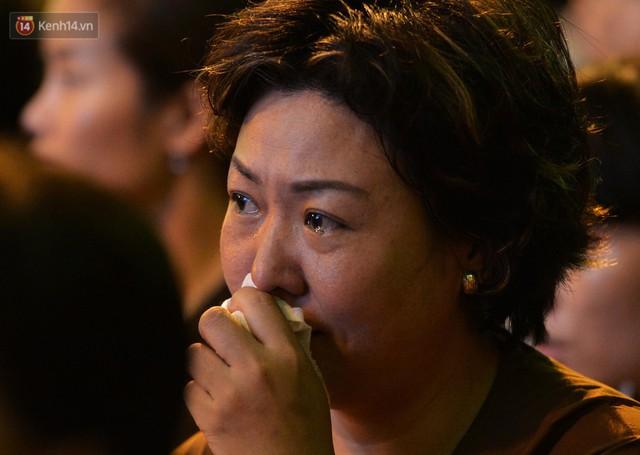 Nhiều người cài hoa trắng bật khóc tại lễ Vu Lan tháng Bảy: Ai còn cha còn mẹ thì vui lắm chứ... - Ảnh 7.