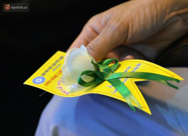 Nhiều người cài hoa trắng bật khóc tại lễ Vu Lan tháng Bảy: Ai còn cha còn mẹ thì vui lắm chứ... - Ảnh 10.