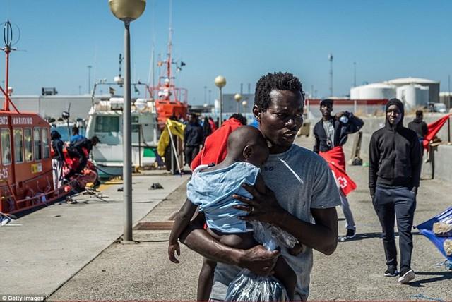 Ảnh: Cuộc sống vạ vật của hàng trăm người tị nạn ở Tây Ban Nha - Ảnh 1.