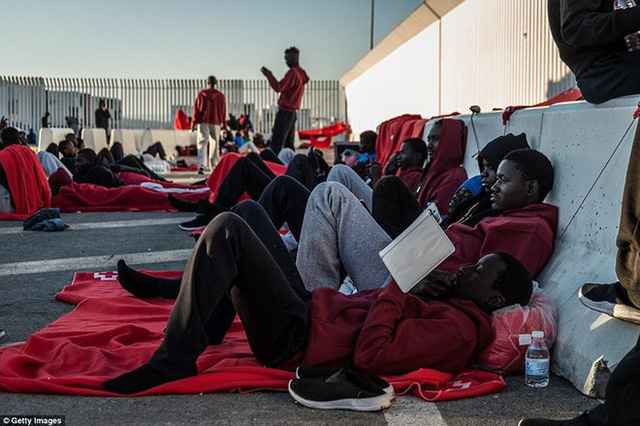 Ảnh: Cuộc sống vạ vật của hàng trăm người tị nạn ở Tây Ban Nha - Ảnh 2.