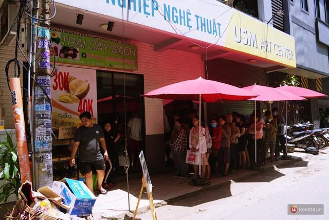 Chuyện lạ ở Sài Gòn: Đội nắng xếp hàng mua sầu riêng, ăn xong phải trả lại hạt để lấy tiền cọc - Ảnh 1.