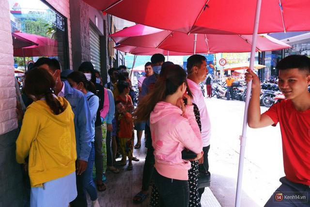Chuyện lạ ở Sài Gòn: Đội nắng xếp hàng mua sầu riêng, ăn xong phải trả lại hạt để lấy tiền cọc - Ảnh 2.