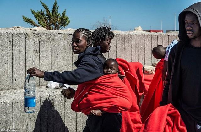 Ảnh: Cuộc sống vạ vật của hàng trăm người tị nạn ở Tây Ban Nha - Ảnh 11.