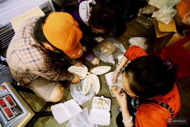 Chuyện lạ ở Sài Gòn: Đội nắng xếp hàng mua sầu riêng, ăn xong phải trả lại hạt để lấy tiền cọc - Ảnh 12.