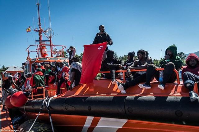Ảnh: Cuộc sống vạ vật của hàng trăm người tị nạn ở Tây Ban Nha - Ảnh 13.
