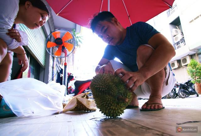 Chuyện lạ ở Sài Gòn: Đội nắng xếp hàng mua sầu riêng, ăn xong phải trả lại hạt để lấy tiền cọc - Ảnh 13.