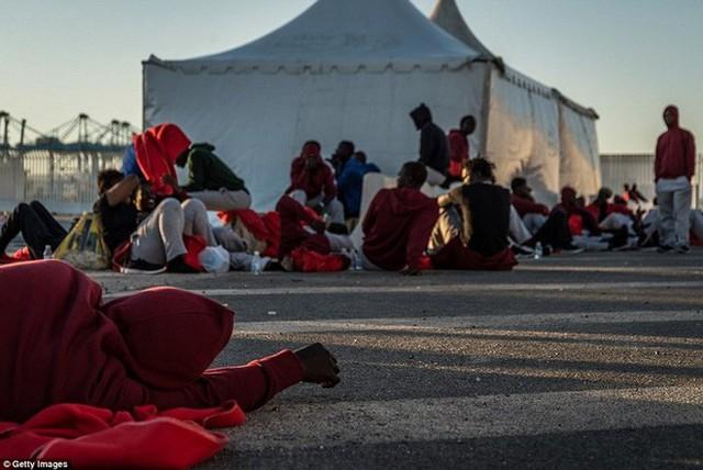 Ảnh: Cuộc sống vạ vật của hàng trăm người tị nạn ở Tây Ban Nha - Ảnh 14.